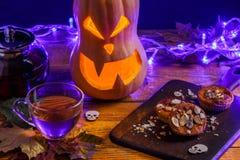 万圣夜照片桌用南瓜,饼干,槭树离开, 免版税库存图片