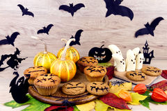 万圣夜甜点和叶子 库存图片