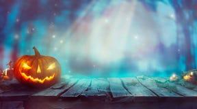 万圣夜用南瓜和黑暗的森林鬼的万圣夜设计 图库摄影