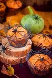 万圣夜用蜘蛛和蜘蛛网装饰的南瓜松饼 免版税库存照片