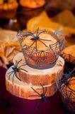 万圣夜用蜘蛛和蜘蛛网装饰的南瓜松饼 免版税库存图片