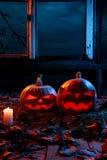 万圣夜的概念 两个光亮邪恶的可怕南瓜,起重器 免版税库存照片