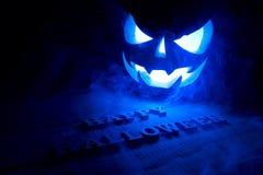 万圣夜的概念 发光与冰冷的蓝色轻的恼怒的terr 免版税库存照片