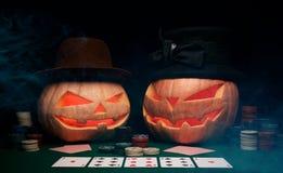 万圣夜的概念 在帽子的邪恶的可怕南瓜戏剧啤牌 免版税库存照片