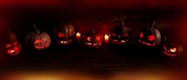 万圣夜的概念 很多光亮邪恶的可怕南瓜, 图库摄影