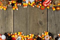 万圣夜糖果和装饰双重边界在土气木头 库存图片