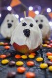 万圣夜糖果梨或白色巧克力鬼魂在棍子 免版税库存照片