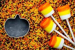 万圣夜背景-糖味玉米蛋白软糖在色的su流行 图库摄影