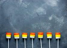 万圣夜背景-糖味玉米蛋白软糖流行边界 免版税库存图片