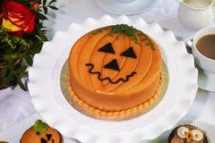 万圣夜装饰了在陶瓷板材服务的蛋糕 图库摄影