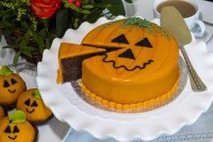 万圣夜装饰了在陶瓷板材服务的蛋糕 免版税图库摄影