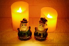 万圣夜装饰鬼魂和蜡烛在墙壁背景 免版税图库摄影