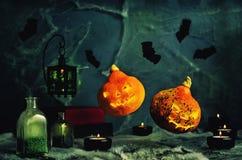 万圣夜设计用飞行南瓜 与a的恐怖背景 库存照片