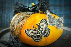万圣夜设计 黑纸丝带和蝴蝶在pum的 库存照片