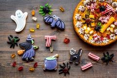 万圣夜面包店和甜点 南瓜饼,胶粘的蜘蛛,在木背景顶视图的姜饼曲奇饼 库存照片