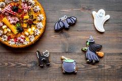 万圣夜面包店和甜点 南瓜饼,胶粘的蜘蛛,在木背景顶视图的姜饼曲奇饼 免版税库存照片