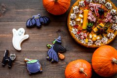万圣夜面包店和甜点 南瓜饼,胶粘的蜘蛛,在木背景顶视图的姜饼曲奇饼 免版税库存图片