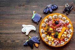 万圣夜面包店和甜点 南瓜饼,胶粘的蜘蛛,在木背景顶视图copyspace的姜饼曲奇饼 图库摄影