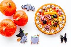 万圣夜面包店和甜点 南瓜饼,胶粘的蜘蛛,在白色背景顶视图的姜饼曲奇饼 免版税库存图片
