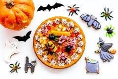 万圣夜面包店和甜点 南瓜饼,胶粘的蜘蛛,在白色背景顶视图的姜饼曲奇饼 免版税库存照片