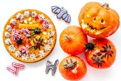 万圣夜面包店和甜点 南瓜饼,胶粘的蜘蛛,在白色背景顶视图的姜饼曲奇饼 库存图片