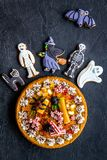 万圣夜面包店和甜点 南瓜饼,胶粘的蜘蛛,在黑背景顶视图的姜饼曲奇饼 免版税图库摄影