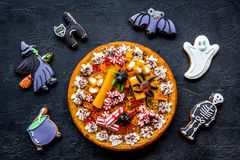 万圣夜面包店和甜点 南瓜饼,胶粘的蜘蛛,在黑背景顶视图的姜饼曲奇饼 免版税库存图片