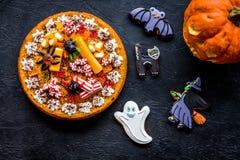 万圣夜面包店和甜点 南瓜饼,胶粘的蜘蛛,在黑背景顶视图的姜饼曲奇饼 免版税库存照片