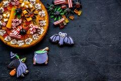 万圣夜面包店和甜点 南瓜饼,胶粘的蜘蛛,在黑背景顶视图copyspace的姜饼曲奇饼 免版税图库摄影