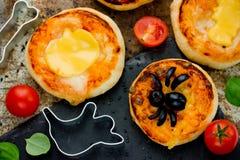 万圣夜食物用橄榄色的蜘蛛装饰的背景薄饼和 库存照片