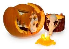 万圣夜鬼魂人的头骨从一个残破的南瓜出来和  免版税库存照片