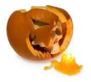 万圣夜鬼魂人的头骨从一个残破的南瓜被点燃的wi出来 图库摄影