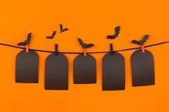 万圣夜黑空白标记在橙色背景,嘲笑的坟茔  图库摄影
