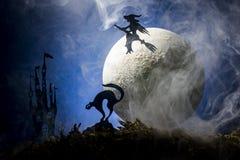 万圣夜,一个帚柄的巫婆在月亮的背景中 库存照片