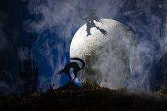 万圣夜,一个帚柄的巫婆在月亮的背景中 库存图片