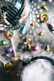 万圣夜:迪斯科球和糖果的假日说党时间 免版税库存照片