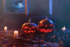 万圣夜-南瓜和蜡烛在一个被放弃的木房子里  免版税图库摄影