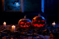 万圣夜-南瓜和蜡烛在一个被放弃的木房子里  免版税库存照片
