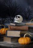 万圣夜头骨和旧书 免版税库存图片