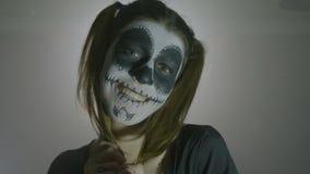 万圣夜harley昆因头骨恐怖玩偶妇女笑的画象疯狂在灰色背景- 影视素材
