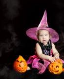 万圣节小巫婆用一个被雕刻的南瓜 库存照片