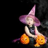 万圣节小巫婆用一个被雕刻的南瓜 免版税库存图片