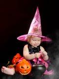 万圣节小巫婆用一个被雕刻的南瓜 免版税库存照片