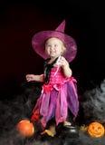 万圣节小巫婆用一个被雕刻的南瓜 库存图片