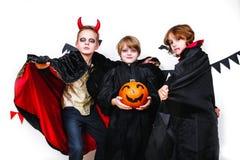 万圣节当事人 在狂欢节服装的滑稽的孩子用南瓜 免版税库存照片