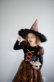 万圣节当事人 女孩在图象的8-9年邪恶的巫师 图库摄影