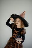万圣节当事人 女孩在图象的8-9年邪恶的巫师 免版税库存图片