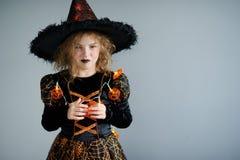 万圣节当事人 女孩显示邪恶的女巫 免版税图库摄影