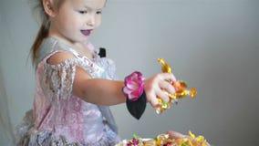 万圣节服装的愉快的女孩采取一个蜡烛 她如此看cutie和滑稽 万圣节概念 股票视频