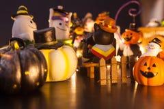 万圣节节日与鬼魂的党室内装修和妖怪一起戏弄玩偶获得乐趣在晚上 节日庆祝,Ho 免版税库存照片